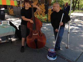 A real bass or a bucket bass? MusiCamp had diddley bows and buckets basses for kids to try out! Instrument making is part of the programming at our summer camps.